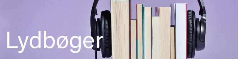 Billede af en bogstak med høretelefoner på