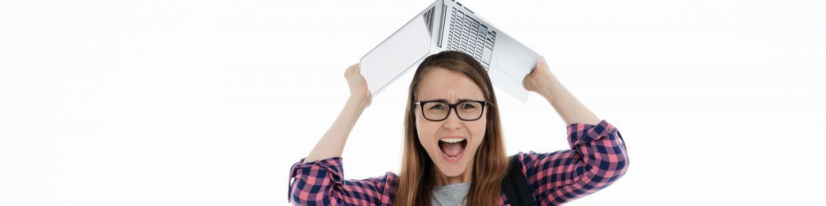 Frustreret studerende med computer
