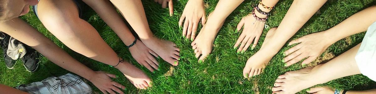 Billede af en masse hænder og fødder