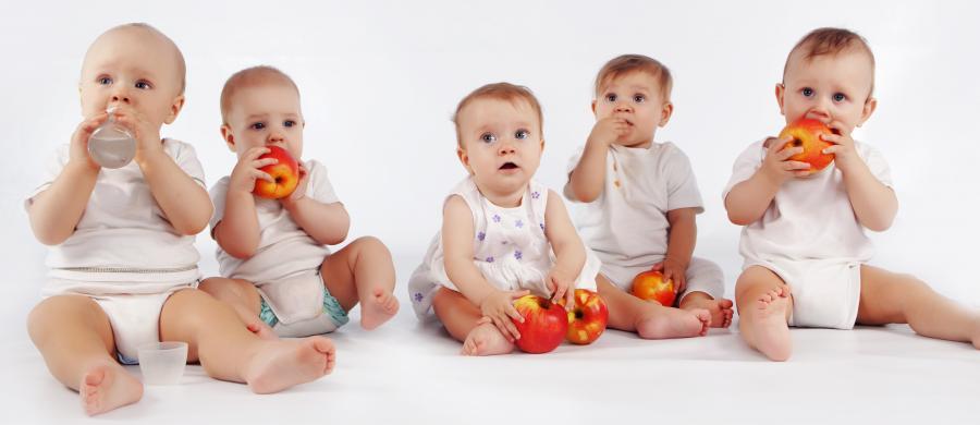 Fem babyer på række