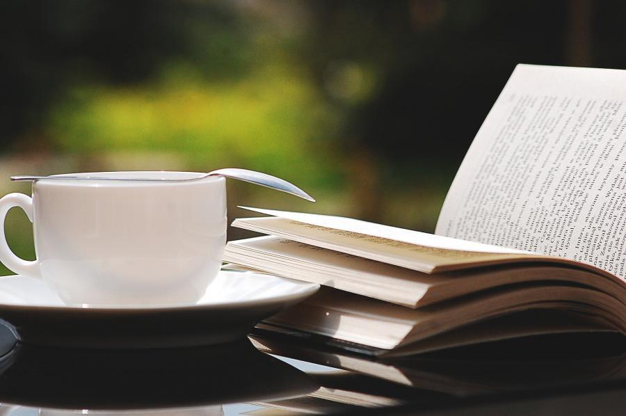 Bog og kaffekop på et bord