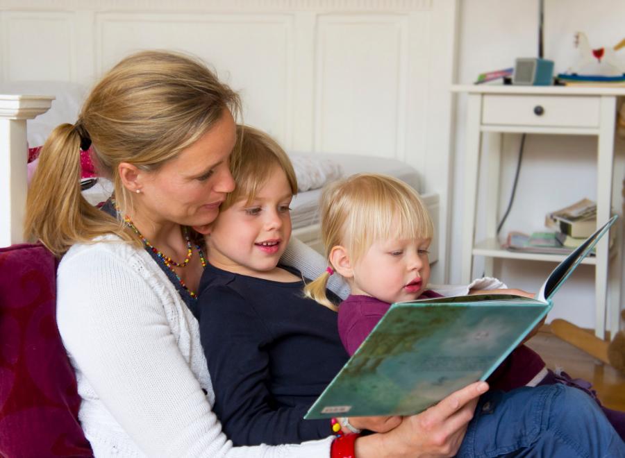 Mor, der læser for sine børn