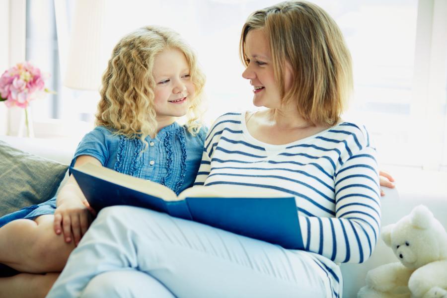 Billede af mor, der læser højt for datter
