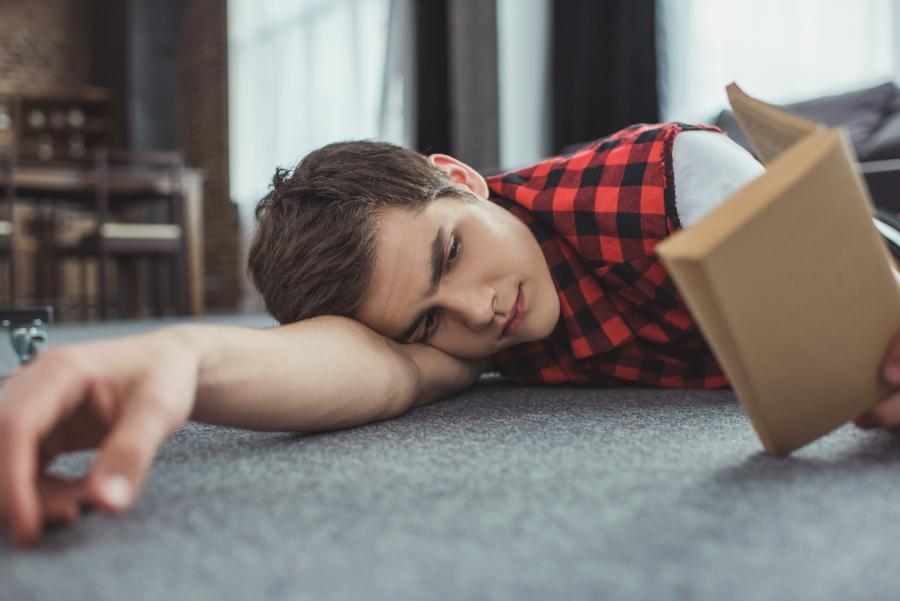 Teenagedreng der læser